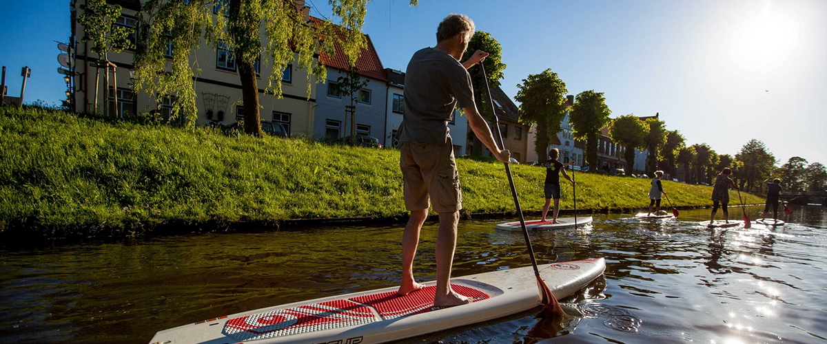 In Friedrichstadt, you paddle your SUP in a relaxed manner through the canals, past the beautiful gardens along the banks.